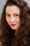 Portrait d'une femme magnifique de brune avec les cheveux onduleux et le beau sourire photos libres de droits