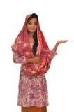 Portrait d'une femme malaise avec le kebaya sur le fond blanc Images libres de droits