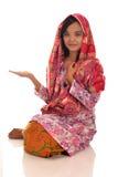 Portrait d'une femme malaise avec le kebaya sur le fond blanc Photos stock