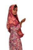 Portrait d'une femme malaise de prière avec le kebaya sur le fond blanc Photo stock
