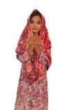 Portrait d'une femme malaise de prière avec le kebaya sur le fond blanc Photos stock