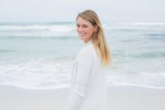 Portrait d'une femme occasionnelle de sourire à la plage photos libres de droits