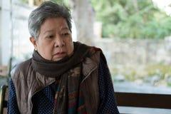 Portrait d'une femme plus âgée, femelle pluse âgé, supérieure avec l'expre ennuyé Photographie stock
