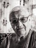 Portrait d'une femme retirée centenaire riante photos libres de droits