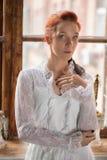 Portrait d'une femme rousse adorable images stock