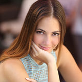 Portrait d'une femme sûre avec la peau parfaite photographie stock libre de droits