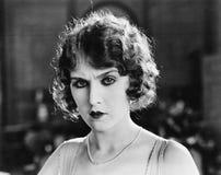Portrait d'une femme semblant sérieuse (toutes les personnes représentées ne sont pas plus long vivantes et aucun domaine n'exist Image stock