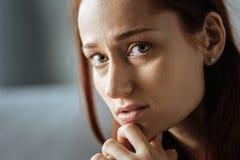 Portrait d'une femme sombre triste tenant son menton photographie stock libre de droits