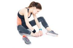 Portrait d'une femme sportive avec douleur sur la jambe Photographie stock