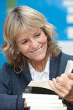 Femme supérieure lisant un livre Images libres de droits