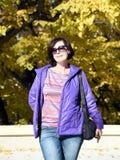 Portrait d'une femme sur une promenade Image stock