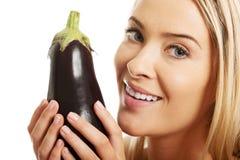 Portrait d'une femme tenant l'aubergine Image libre de droits