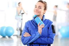 Portrait d'une femme tenant une bouteille bleue photographie stock