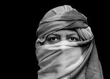 Portrait d'une femme utilisant un turban de Touareg Photographie stock