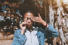 Portrait d'une fermeture femelle afro-américaine ses yeux avec Han image stock