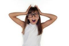 Portrait d'une fille étonnée drôle en verres Photographie stock