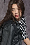 Portrait d'une fille asiatique utilisant une chemise rayée photo stock