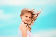 Portrait d'une fille assez petite avec l'ondulation dans le vent long ha Image libre de droits