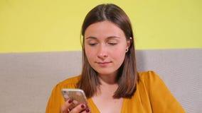 Portrait d'une fille attendant une file d'attente banque de vidéos