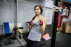Portrait d'une fille attirante de brune dans un gymnase Photographie stock libre de droits