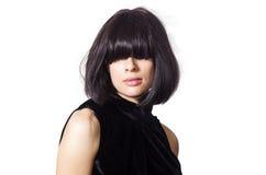 Portrait d'une fille aux cheveux foncés avec des coups couvrant ses yeux photo stock