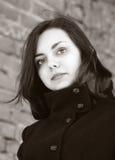 Portrait d'une fille aux cheveux longs dans un manteau Photographie stock libre de droits