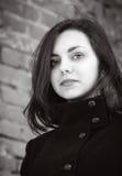 Portrait d'une fille aux cheveux longs dans un manteau Photos libres de droits