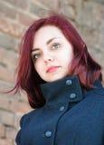 Portrait d'une fille aux cheveux longs dans un manteau Photographie stock
