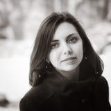 Portrait d'une fille aux cheveux longs dans un manteau Image libre de droits