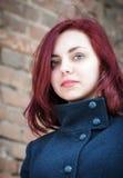Portrait d'une fille aux cheveux longs dans un manteau Photo libre de droits