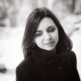 Portrait d'une fille aux cheveux longs dans un manteau Photo stock