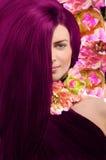 Portrait d'une fille avec des cheveux de Bourgogne sur le fond floral Photo stock