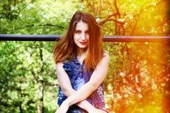 Portrait d'une fille avec du charme sur l'herbe Images stock