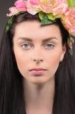 Portrait d'une fille avec la pivoine dans ses cheveux Images stock