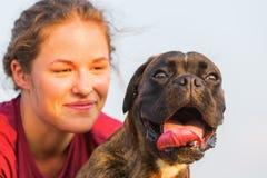 Portrait d'une fille avec le chien de boxeur Photo libre de droits
