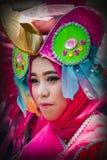 Portrait d'une fille avec le costume d'imagination au festival de l'Asie Afrique image stock