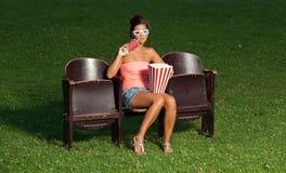 Portrait d'une fille avec le maïs éclaté Photo stock