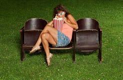 Portrait d'une fille avec le maïs éclaté Photos stock