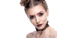 Portrait d'une fille avec le maquillage créatif Avec des yeux bleus sur un wh Images libres de droits