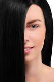 Portrait d'une fille avec les cheveux noirs sur le fond blanc Photos stock