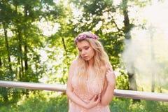 Portrait d'une fille blonde de belle jeune mariée dans la robe rose de dentelle, décoration de cheveux, faite main Tendresse Le c Images stock