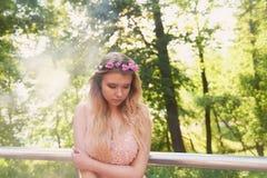 Portrait d'une fille blonde de belle jeune mariée dans la robe rose de dentelle, décoration de cheveux, faite main Tendresse Le c Image stock