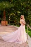 Portrait d'une fille blonde de belle jeune mariée dans la robe rose de dentelle, décoration de cheveux, faite main Tendresse Posi Photographie stock libre de droits