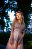 Portrait d'une fille blonde de belle jeune mariée dans la robe rose de dentelle, décoration de cheveux, faite main Tendresse Posi Images stock