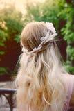 Portrait d'une fille blonde de belle jeune mariée dans la robe rose de dentelle, décoration de cheveux, faite main Tendresse Vue  Photo stock
