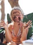 Portrait d'une fille blonde gaie dans la boue Photos stock