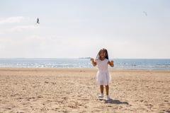 Portrait d'une fille bronzée sur la plage sablonneuse Photographie stock