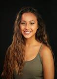 Portrait d'une fille bronzée et assez jeune avec un sourire Photo libre de droits