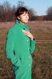 Portrait d'une fille contre un paysage urbain Photo stock