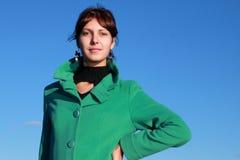 Portrait d'une fille contre un paysage urbain Image stock